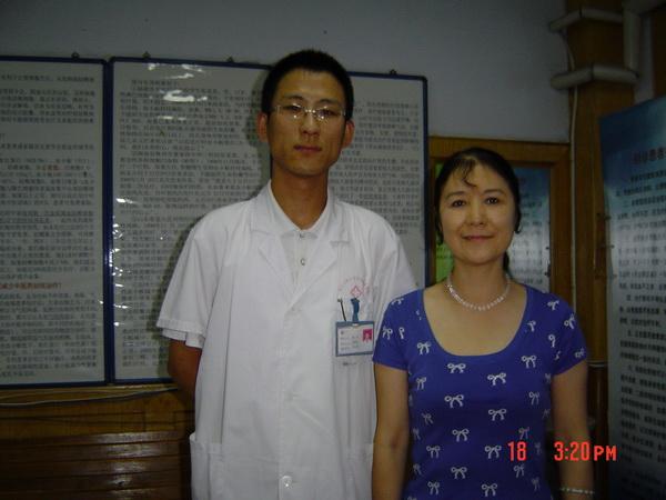 尚科中医师为厦门女作家、长篇小说《南下干部》作者丽晴治疗后合影